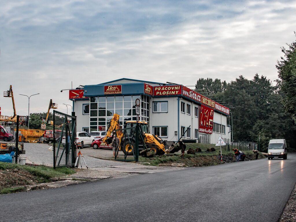 Traktorbagr JCB 3CX, stavební úprava areálu SICO Jenštejn
